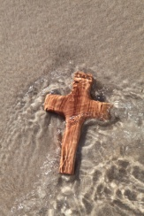 Holzkreuz im Meerwasser